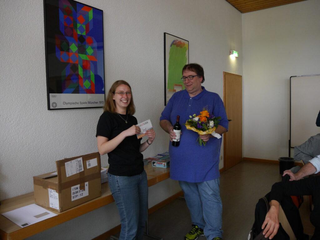 Bei der Amtsübergabe 2015. Kristin Wodzinski bedankt sich bei Christoph Kahl für seine langjährige Arbeit als 1. Vorsitzender der Schachjugend Baden.